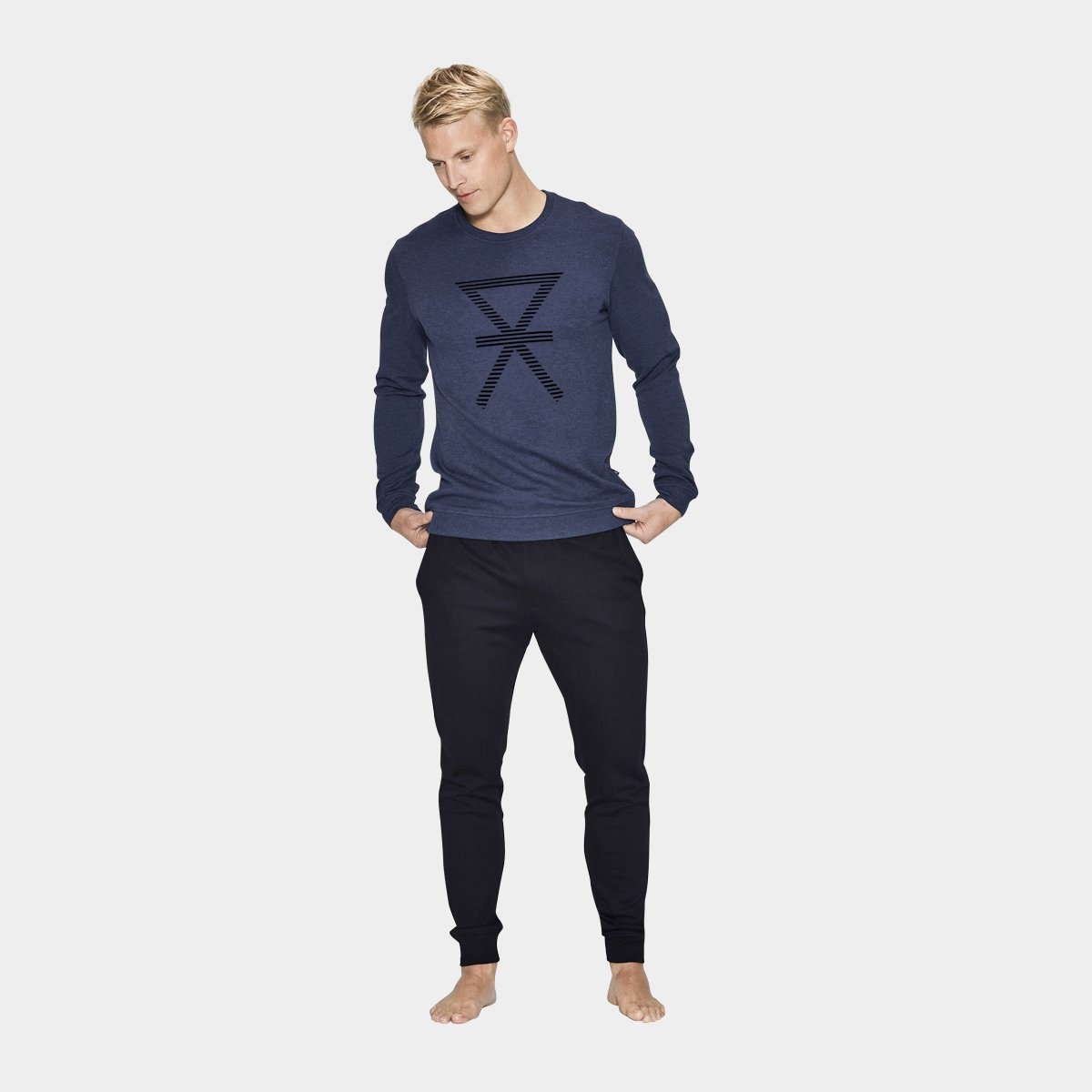 navy sweatshirt og sorte pants